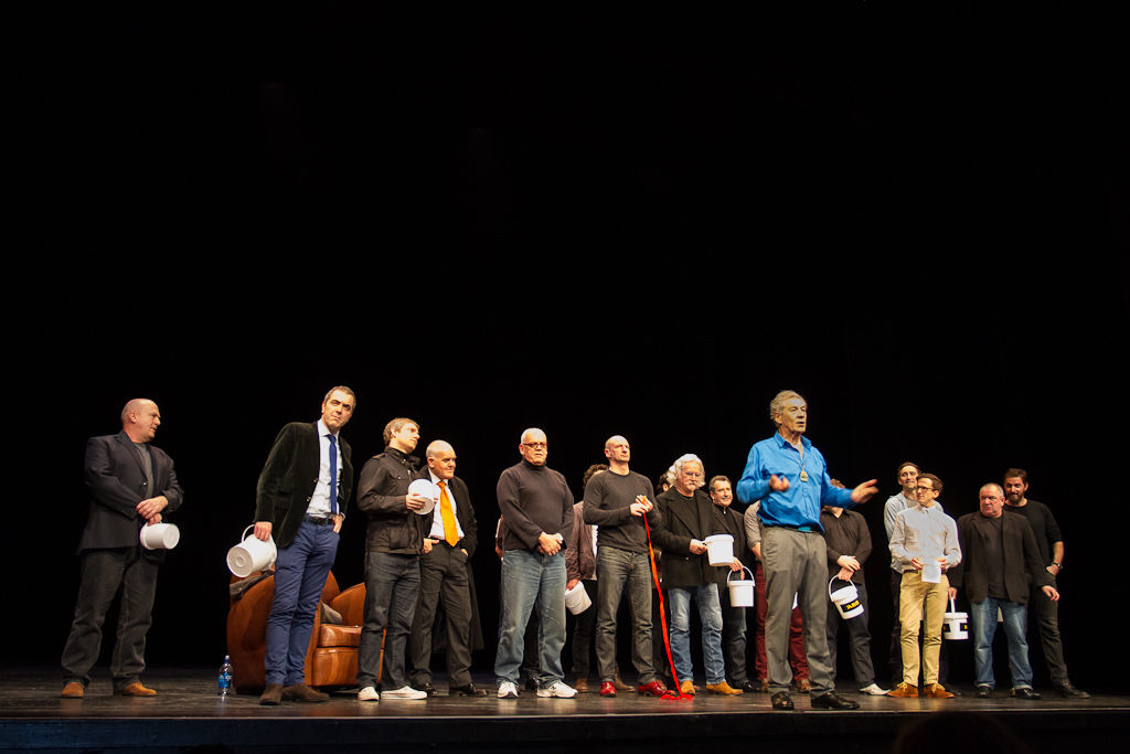 Sir Ian on stage with The Hobbit cast