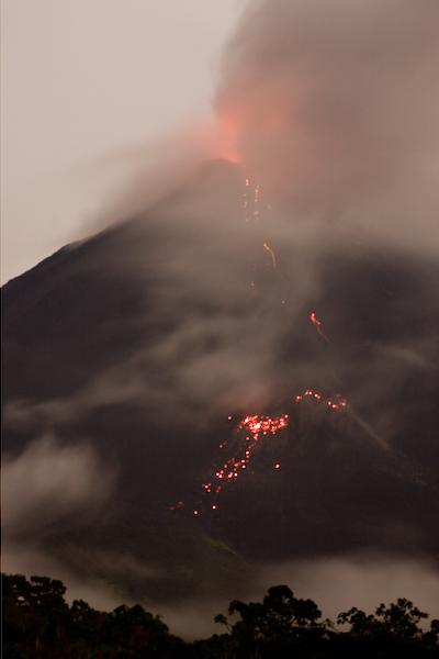 Volcán Arenal Erupting.