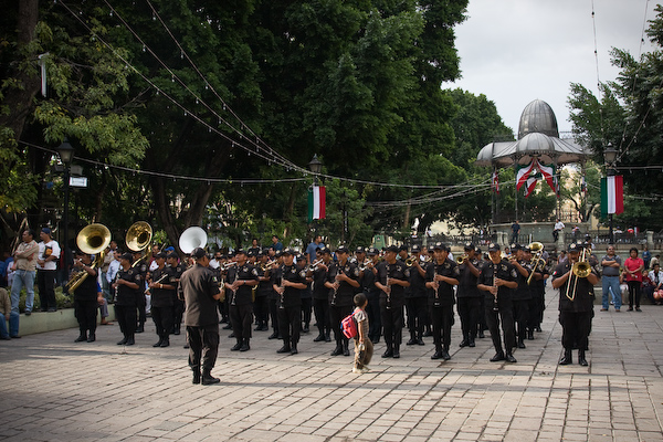 The army band and a curious child in the Zócalo